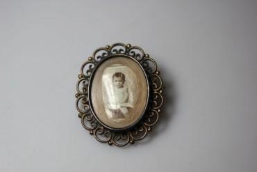 Fotobrosche um 1900 Baby mit Haarlocke
